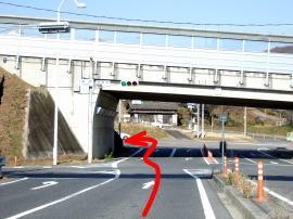 ④国道19号の下ですぐ左折