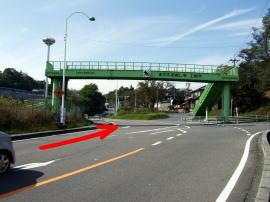 ②歩道橋をくぐって信号を右折