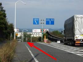 ⑤スピードを落として直近の小道を左へ