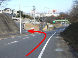 ⑥黄色の土岐自動車学校の看板の手前を左へ