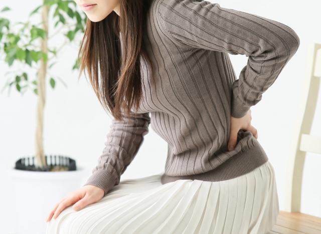 女性のぎっくり腰の患者さんのイメージ写真