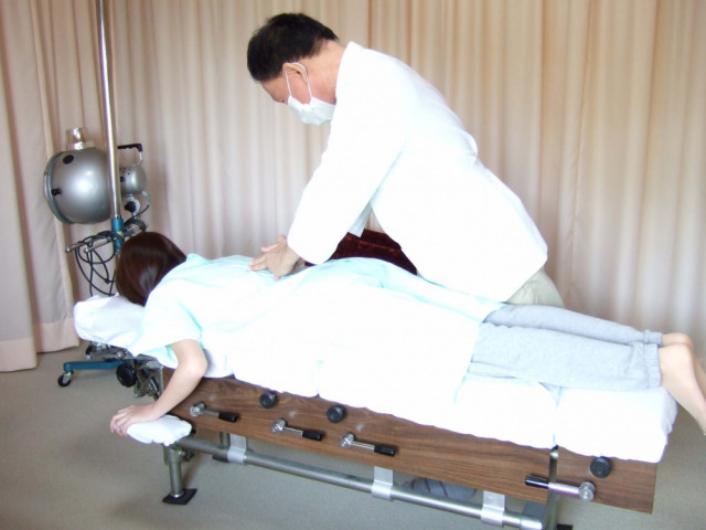 ⑤うつ伏せで背骨の関節の動き、しなり具合を検査。